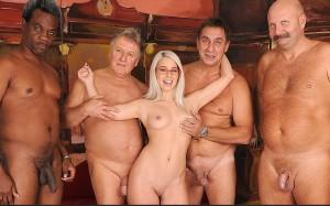 Blondes Teengirl fickt mit Stiefvaten und Freunden